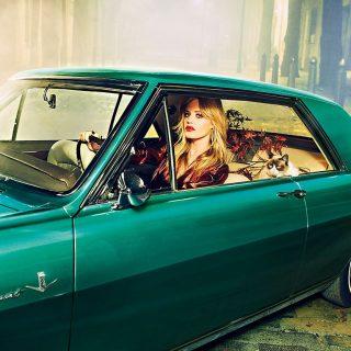 Mick Jagger lánya autós naptárban pózol