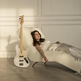 Nézz bele a vagány magyar basszusgitáros lány első videóklipjébe!