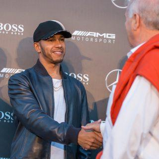 Lewis Hamilton és Valtteri Bottas a Nemzetközi Gyermekmentő Szolgálatnak gyűjtött