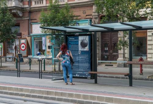 Ötperces novellákat olvashatunk, amíg a villamost várjuk Budapesten