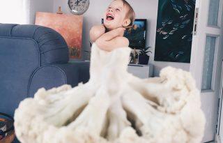 Karfiolba és dinnyébe öltözik a cuki kislány