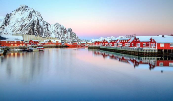 Rózsaszín naplemente a sarkvidék legenyhébb hőmérsékletű szigetén