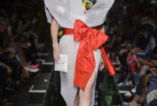 Virágba borultak a modellek a Moschino kifutóján