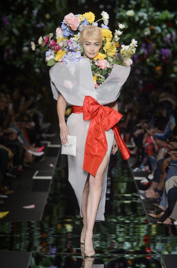Virágba borultak a modellek a Moschino kifutóján 9e4dda734b