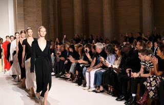 Victoria Beckham bemutatta új kollekcióját a New York Fashion Weeken