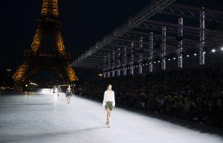 Az Eiffel-torony alkotta a díszletet az Yves Saint Laurent bemutatóján