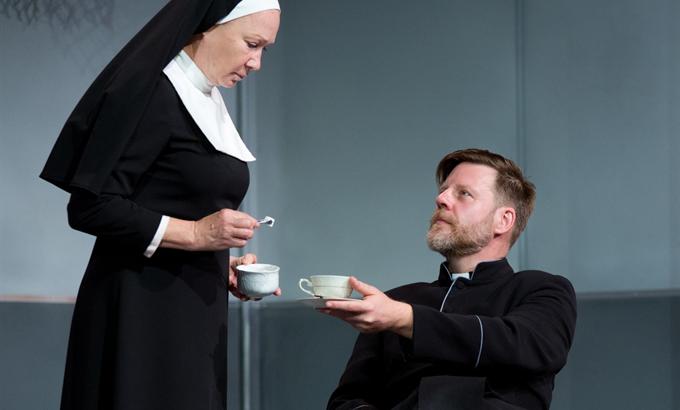 Mi már láttuk: a Kételyt a Belvárosi Színházban