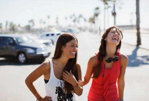 5 pszichológiai trükk, amivel azonnal szimpatikusabbnak tűnsz majd az embereknek