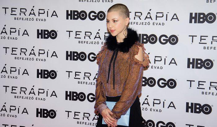 Borotvált frizurával érkezett a Terápia bemutatójára a színésznő