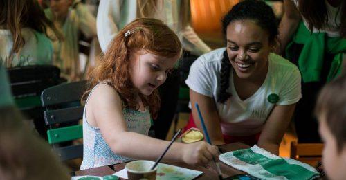 Önkéntes egyetemisták teszik szebbé beteg gyerekek kórházban töltött napjait