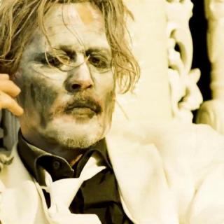 Hófehérre meszelt Johnny Depp tántorog Marilyn Manson véres klipjében