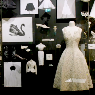 Nézz be a Dior-kiállítás kulisszái mögé