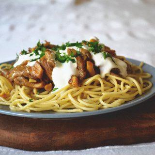 Fűszeres-csípős gombapörkölt spagettivel