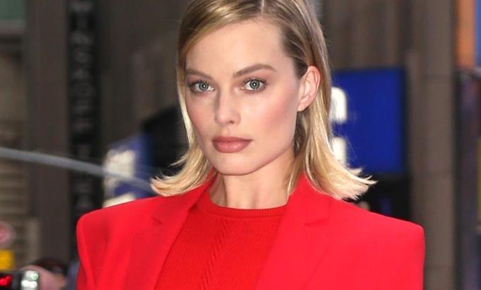 Lenyűgöző volt Margot Robbie talpig Versace-ben
