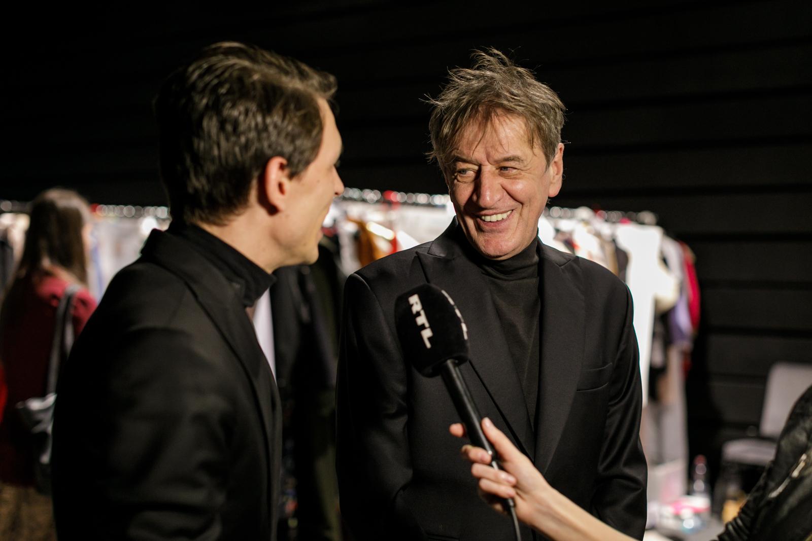 2. kép: Mucsi Zoltán épp interjút ad Lakatos Sándorral