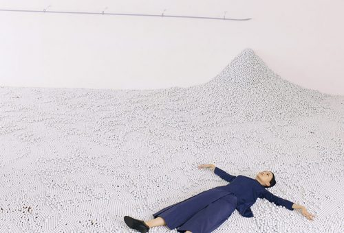 A gyermekkor üveggolyós játéka a COS inspirálta installációban