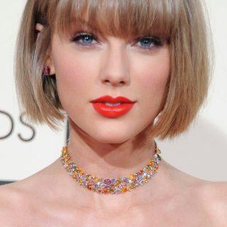 Taylor Swift házat vásárolt egy otthontalan kismama rajongójának