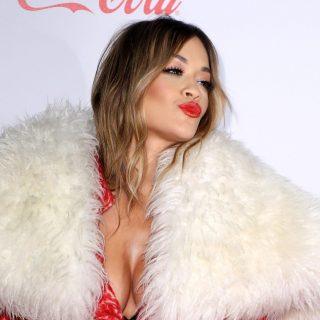 Rita Ora tetőtől talpig karácsonyba öltözött