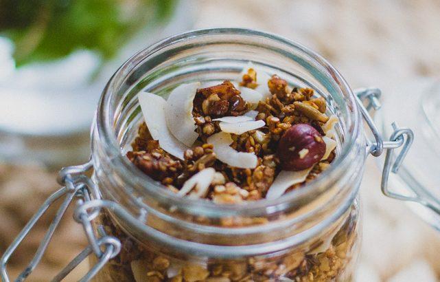 Fűszeres kókuszos quinoapehely granola (laktózmentes, vegán)