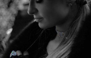 Paris Hilton eljegyzési gyűrűjét nem lehet nem észrevenni