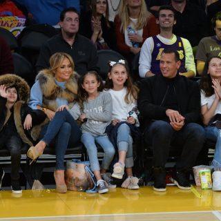 Jennifer Lopez elvitte az egész családot a Lakers meccsre