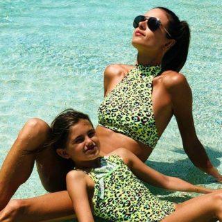 Így pózol a kislányával a brazil szupermodell