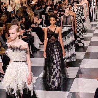 Monokróm jelmezbál a Dior párizsi Haute Couture show-ján