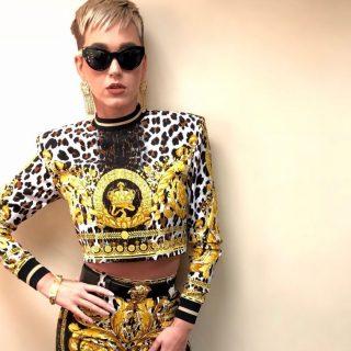 Katy Perry az extravagáns Versace együttesre szavaz