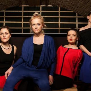 Bevállalós egy óra, négy nővel a színpadon