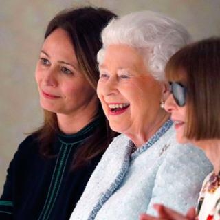 II. Erzsébet nagyon élvezte a London Fashion Week show-ját Anna Wintour társaságában