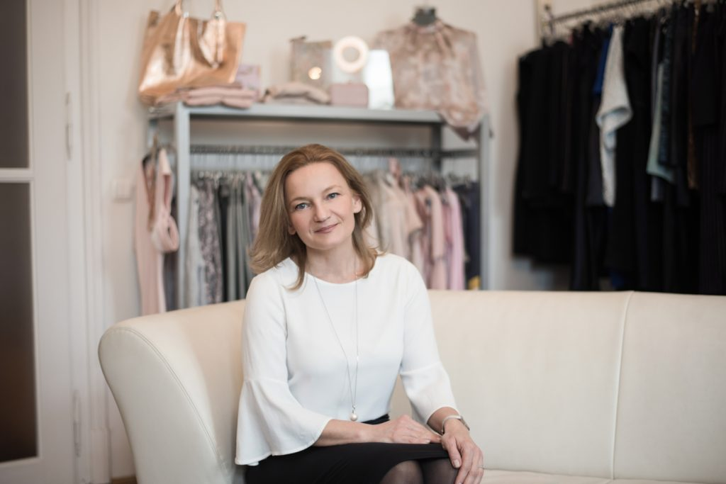 2665c13c38 A butikok fénykorában a '90-es évek végén kezdett el divattal foglalkozni,  ruhákat szállított az S-Modell üzletekbe, a Luxus áruházba és más magyar ...