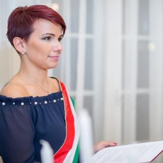 Az első magyar LMBTQ+ szertartásvezető: Szűcs Erzsébet