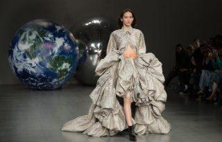Futurista, hatalmas uszályos estélyik Fyodor Golan London Fashion Week show-ján