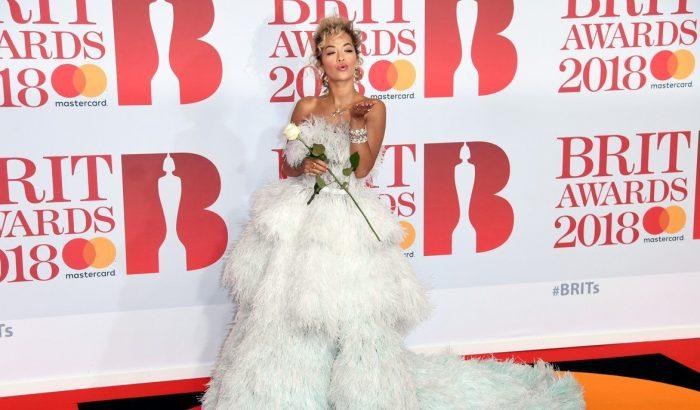 Rita Ora elképesztő estélyiben érkezett a Brit Awards-ra