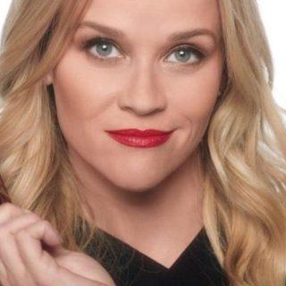 Most Reese Witherspoon vörös rúzsával támogathatod a nőket