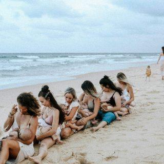 Gyönyörű tengerparti képeken szoptatnak az ausztrál anyák