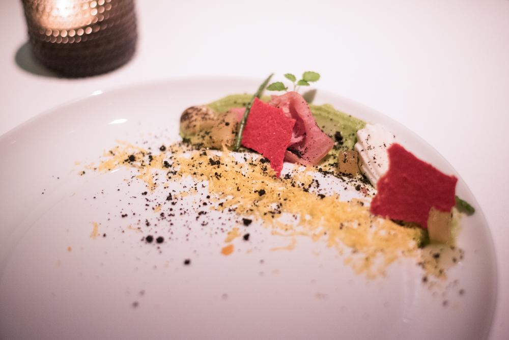 """5. kép: """"Niçoise"""", füstölt tonhal, szardella, olíva,érlelt tojás sárgája, yuzu"""