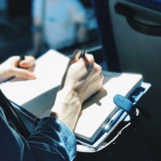 A te novelládat is olvashatják a buszmegállókban várakozók