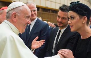 Katy Perry és Orlando Bloom együtt utazott Rómába, találkozni a pápával