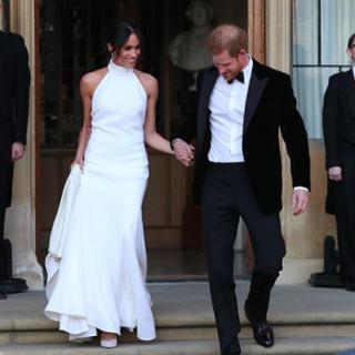 Meghan Markle ebbe a gyönyörű Stella McCartney esküvői ruhába öltözött át az esti fogadásra