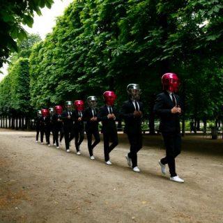Sisakot viselő modellek vették be Párizst