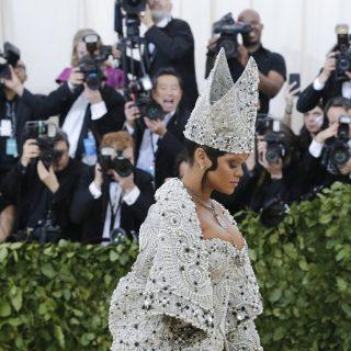 Rihanna szó szerint a divat pápája volt a Met Galán