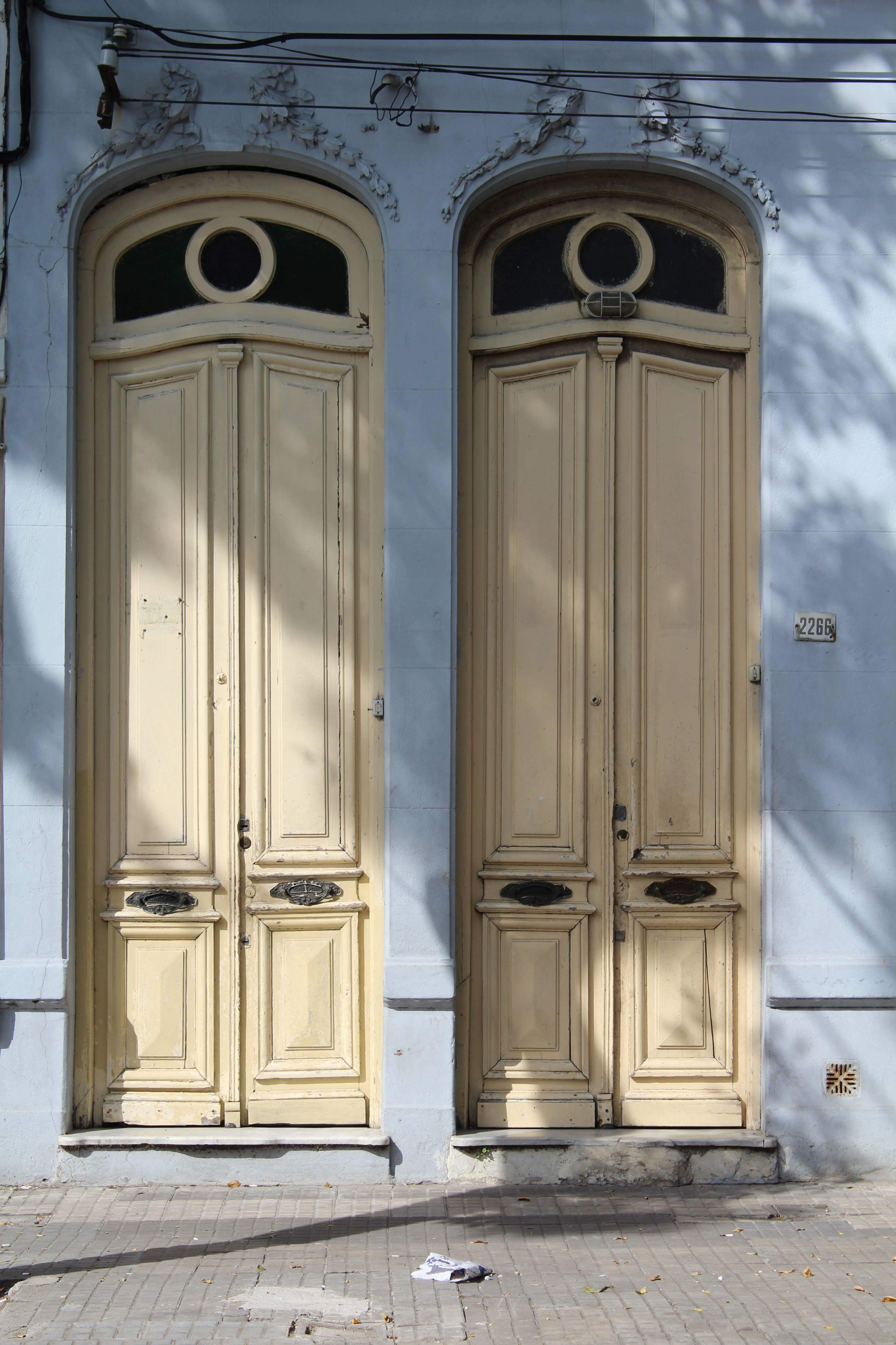7. kép: Montevideó tipikus ajtói: hihetetlenül magasra nyúló díszítéssel.