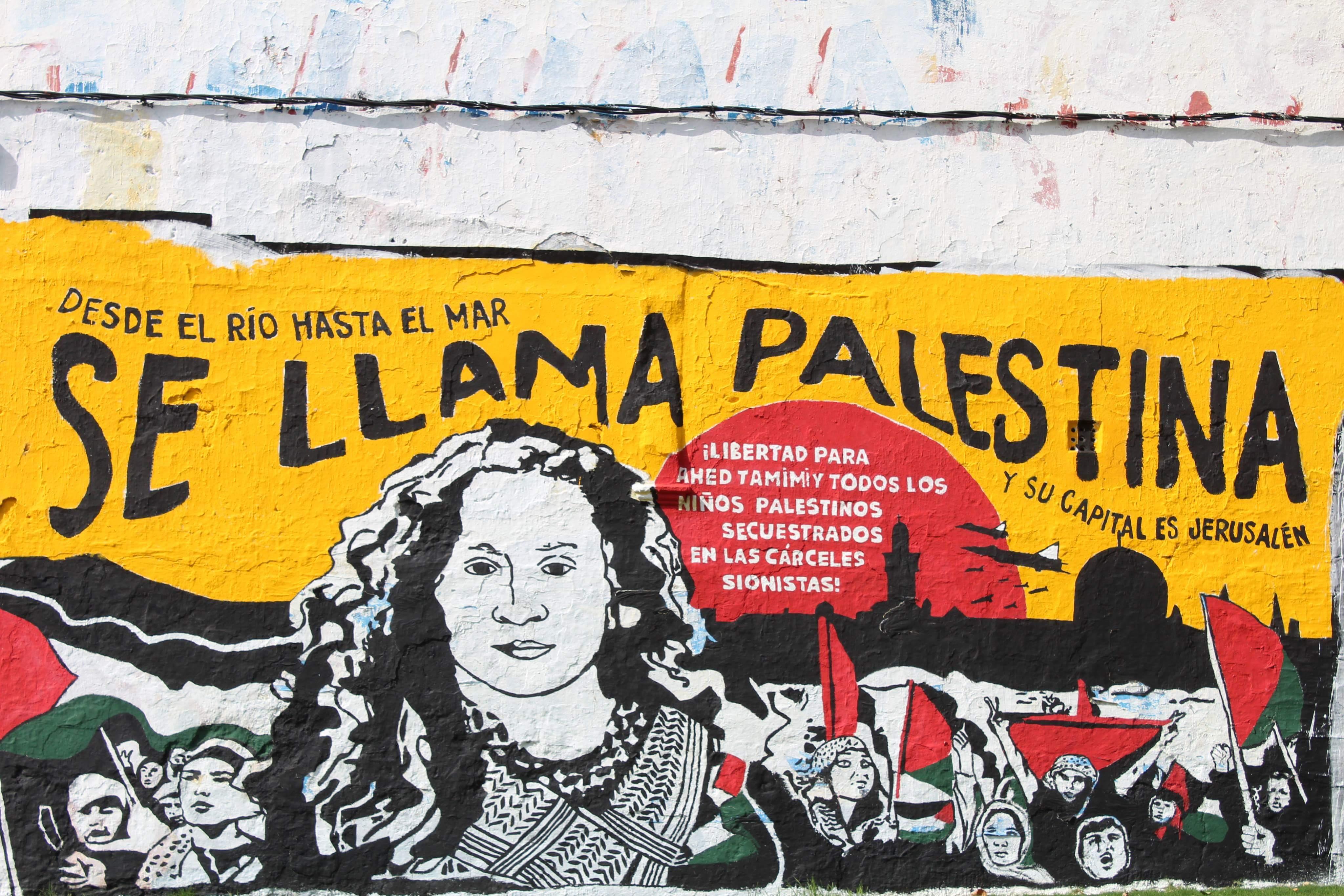 """6. kép: """"Egészen a folyótól a tengerig Palesztinának hívják – a fővárosa pedig Jeruzsálem."""" –közéleti street art Montevideó utcáján."""