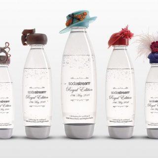 Luxuskalapot húztak a szódás palackokra Harry herceg esküvője alkalmából