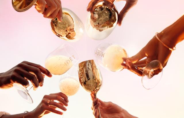 Pezsgőpiramissal ünnepel a nemzetközi pezsgőnap