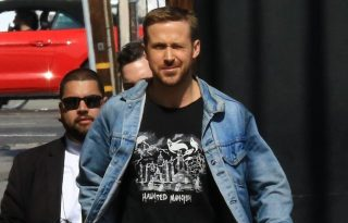 Ryan Gosling Holdra száll