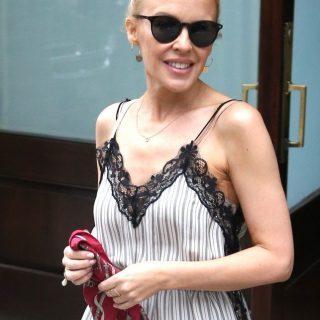 Imádjuk Kylie Minogue szaladgálós nyári ruháját