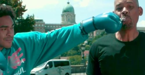 Will Smith lassítva köpi az ásványvizet a Lánchíd előtt
