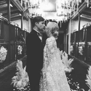 Különleges csipke kezeslábast viselt az esküvőjén az Agymenők színésznője